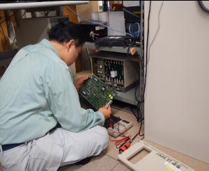 インマルサット衛星通信システムの修理作業