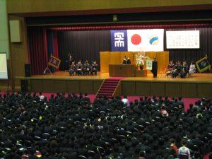 厳粛に執り行われた卒業式で祝辞を述べられる坂口理事長