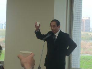 乾杯の音頭をとられる川田工学部長