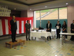 卒業レセプションで祝辞を述べられる井上学長