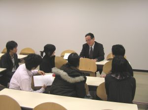 福井氏と学生との面談の様子