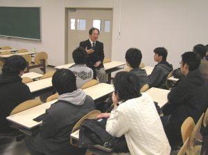 杉町会長と学生との面談の様子